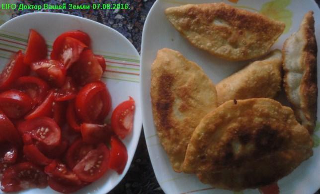 Чебуреки с помидорами и рукколой